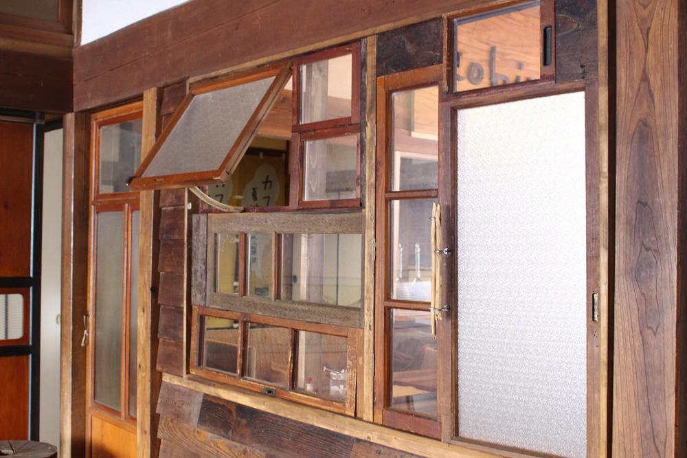 形状や仕上げも様々な窓枠を、パッチワークのように組み合わせました。