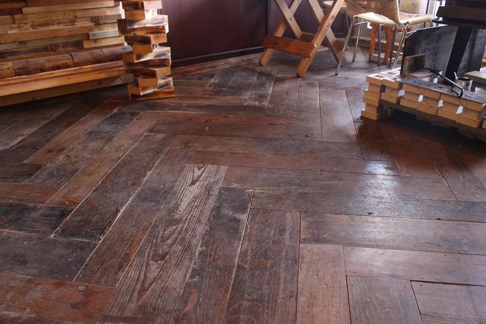 古材をヘリンボーン柄に接ぎ合わせた床。