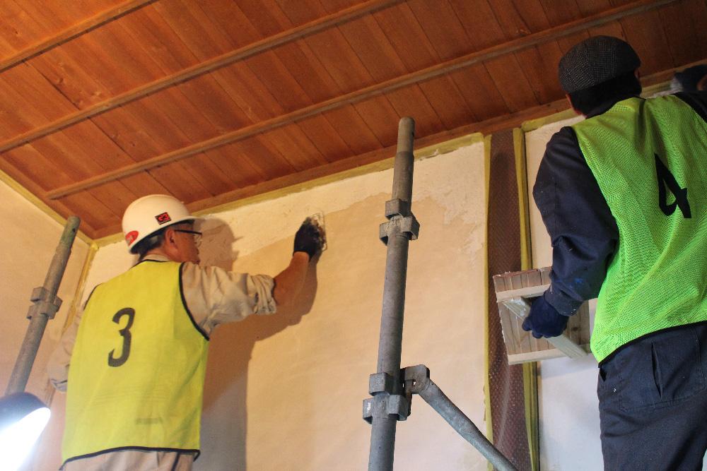 できるだけ自分たちの手で改修工事を行うことを優先し、下地(表に現れない骨組み)は、他現場より頂いた古材や端材を再利用しました。